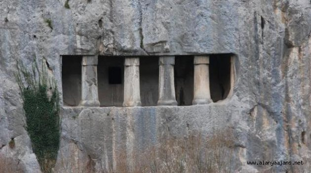 2 Bin 300 Yıllık Kaya Mezarları Yoğun İlgi Görüyor