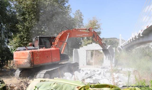 Alanya Belediyesi kaçak yapıları yıktı