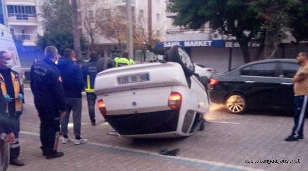 Alanya'da direksiyon hakimiyetini kaybetti, araçlara çarpıp kaçtı