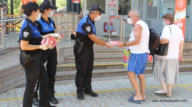 Alanya'da polisler güvenilir keşif için dağıtım yaptı
