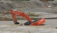 Antalya Boğaçay'da İş Makinesi Suya Gömüldü