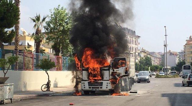 Hareket halinde tutuşan kamyon alev alev yandı