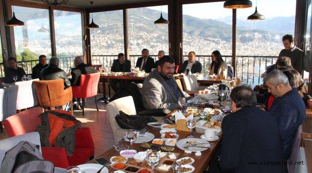 İYİ'lerden basına kahvaltı