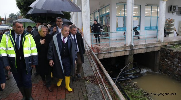 Başkan Böcek Alanya'da iş yerlerini su basan esnafı ziyaret etti