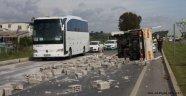 Alanya'da yolunda takla atan kamyonetten sağ kurtuldular