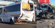 Alanya'da midibüsle kamyonet çarpıştı: 2'si ağır 15 kişi yaralı!