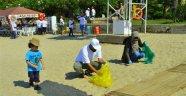 Gönüllüler plajı temizledi