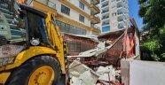 Mahmutlar'daki kaçak büro yıkıldı
