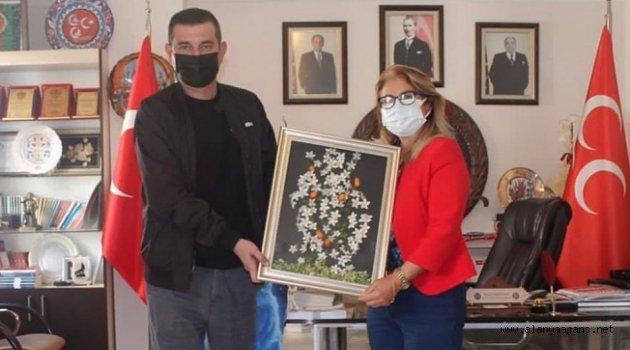 Türkdoğan'dan Kadın Kolları başkanına plaket