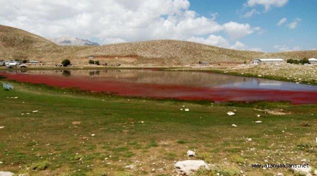 Ürperten manzara: göl kırmızıya büründü