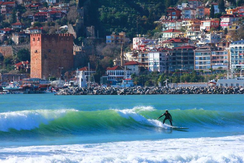 Alanya'da sörfçüler adrenalini yaşıyor